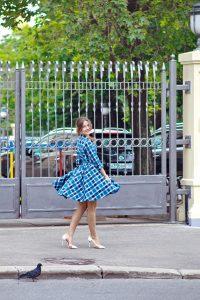 Яркое бирюзовое летнее платье в клетку с пышной юбкой  в двух цветах